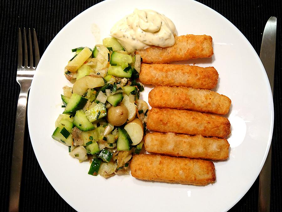 Fischstäbchen mit Kartoffel-Gurken-Salat